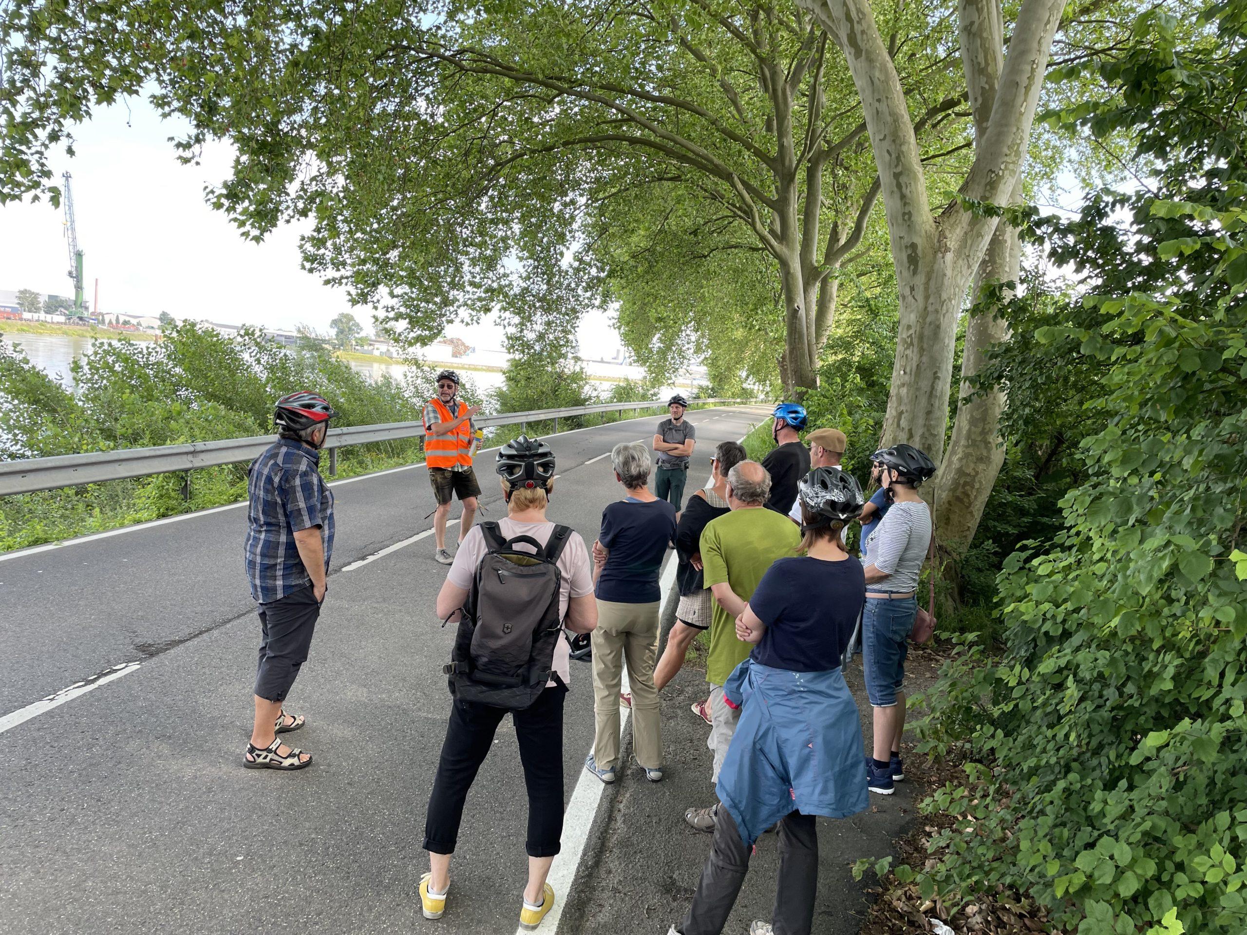 Radtour zur Fähre: Gemeinsam Lösungen für eine sichere Radverbindung vor Ort diskutiert